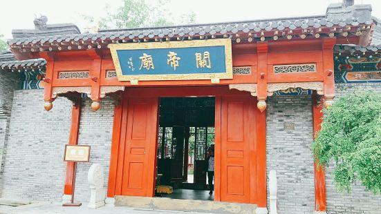 门口都是石子路,有很大很漂亮的花纹。关帝庙红彤彤的,很是庄严