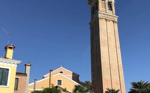 很高大的塔楼👟,老城的一个自高点,也是百年历史的人古建筑群