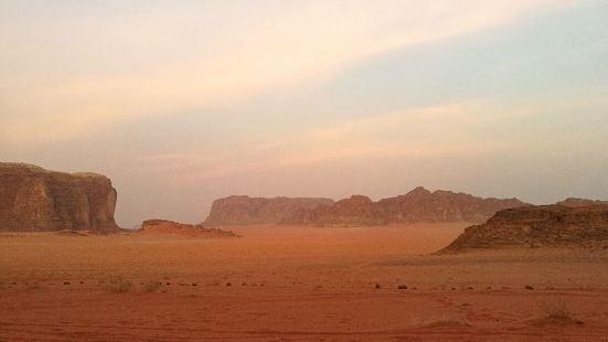 瓦迪拉姆沙漠據說是地球上最接近月球的地貌。我們定了半日的皮卡