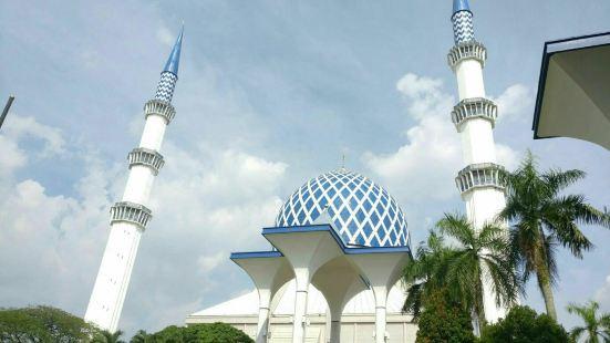 莎阿南的蓝色清真寺是马来西亚著名的清真寺之一,整个清真寺的建