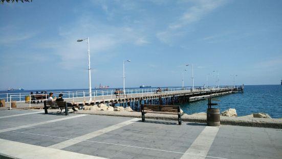 这里有迷人的地中海港口,港口里停泊着许多的渔船,在黄昏的落日