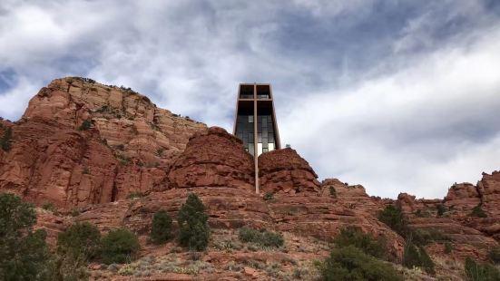 很多人都会过来红岩圣十字教堂过来修行的,不过我们不是教徒是非