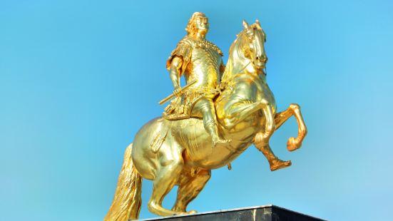金色騎士雕像
