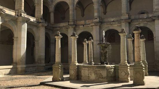 这座博物馆就位于圣多明我的旁边,利用教堂的庭院和建筑,因此建