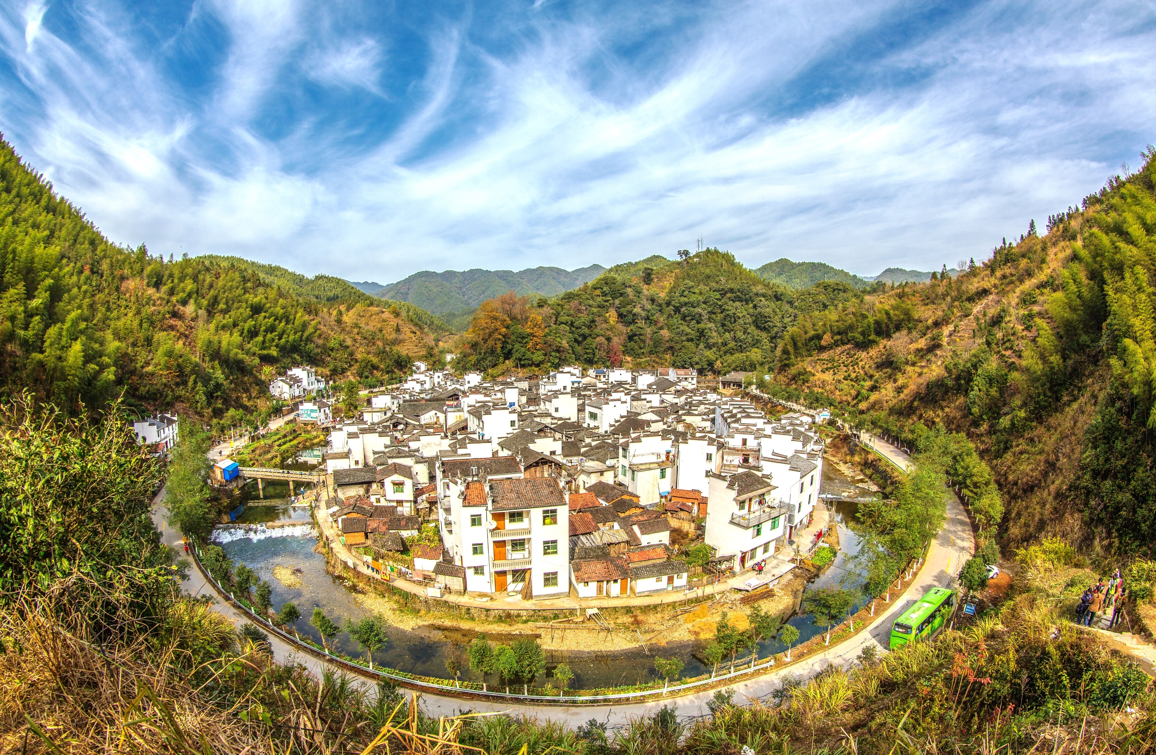 The White Walled-Black Roofed Huipai Village with Horse-Head Walls: You Must Come to Wuyuan to Appreciate It Properly.
