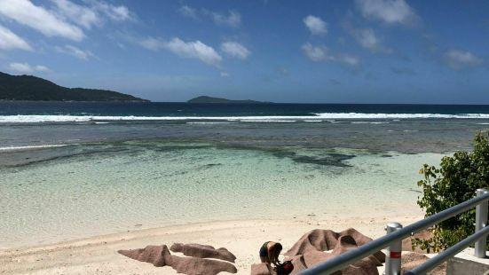 拉迪帮岛上的德阿让海滩绝对是赛事而最美的海滩之一。海滩上有许