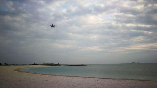 丰崎海滩离那霸国际机场近在咫尺,据说是冲绳最大的海滩,在海滩