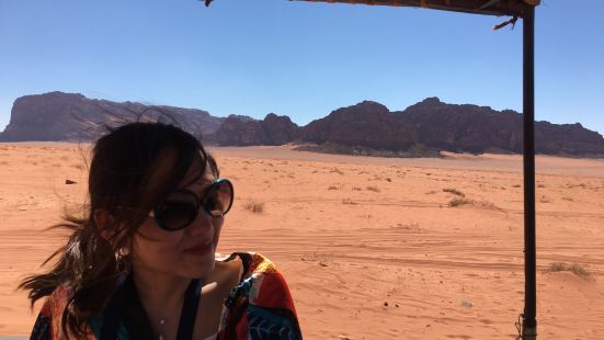 當地的貝都因人開着吉普車帶你領略沙漠各地奇觀,40JD一人,