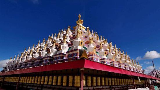 瓦切塔林,是为了纪念第十世班禅大师,颂经祈福之地。周围有虔诚
