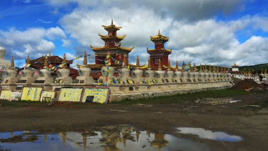 """瓦切塔林位于四川省红原县瓦切镇,藏语为""""大帐篷"""",是纪念第十"""