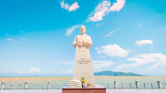 Alexandre Yersin Statue
