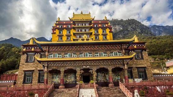 木里大寺是四川省重点文物保护单位,位于木里藏族自治县境内桃坝