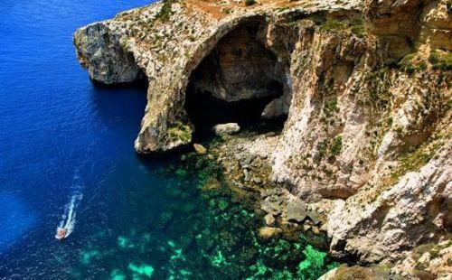 一处很神奇的地方。这个蓝洞也是蛮有趣的,深蓝色的海水很是有趣
