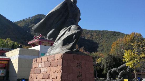 博物馆建在泸山半山腰,有一个视野开阔的观景台,可以俯瞰邛海整