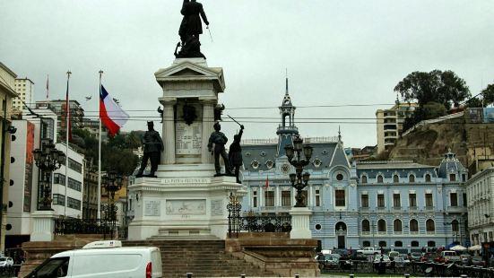 索托馬約爾廣場是瓦爾帕萊索最大最重要的市政廣場。廣場上全部都