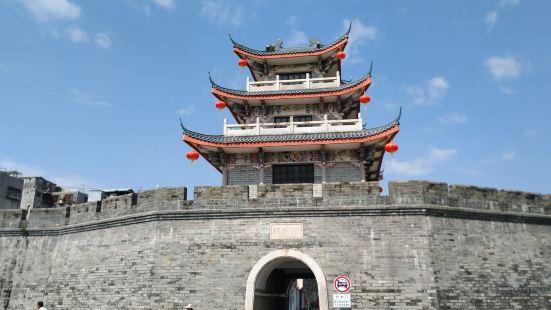 这是潮州古城里的一座城楼,在古城墙那边,这有城门可以进出,不