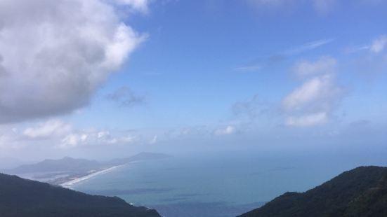 在红沙滩附近一定要去海云峰,在酒店租辆摩托车15万加上5万油