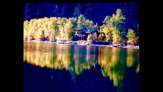 湖水清澈见底,湖岸边的森林浓郁的化不开你的乡愁!湖光山色和森