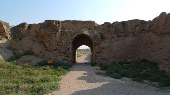 藏兵洞上面有一片空旷之地,周围有城墙,并有城门和一个瓮城,这