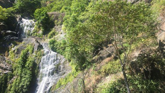 拜伦瀑布是库兰达原始森林中一处景色非常壮美的瀑布景观。瀑布的