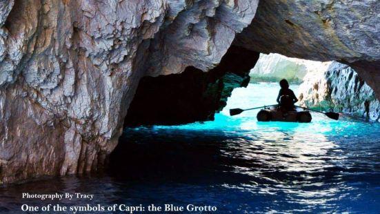 蓝洞洞位于意大利卡普里岛,是一个天然海溶洞,它真的很漂亮,湛