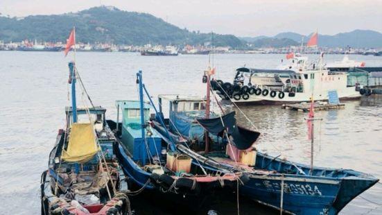 石浦渔港是百年渔村,每年中国开渔节都在石浦渔港举行,到时祭海
