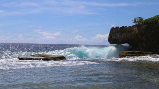 海浪击打在海床上时便会击起层层波纹,水花四溅,非常震撼。而不