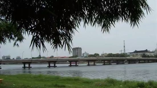 顺化HUE新城区的滨江路附近,徒步跨过清澈宽阔的香河即到了老