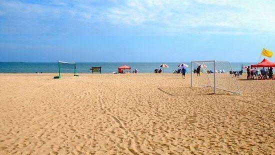 绵延近20公里的海阳万米海滩,以沙细、浪稳、坡缓、水清而著称