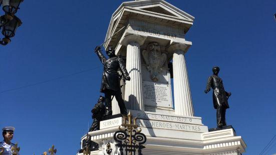 這裡是瓦爾帕萊索的海軍廣場,中心的雕塑是城市的標誌性建築,有