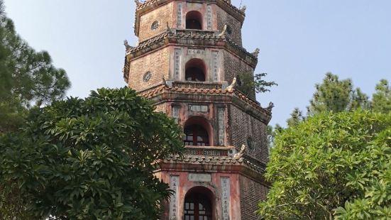 天姥寺位于顺化城外香江北岸边的一块小台地上。与中国不同,天姥