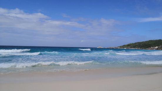 科科斯海湾是三连滩之一,它是三个海滩中间的一座。这座海滩有着