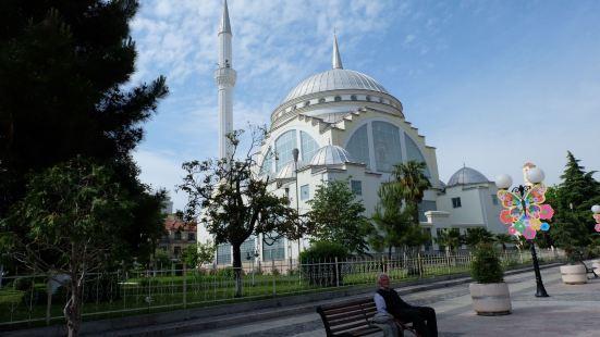 這是斯庫台著名的一家教堂,整個教堂非常的輝煌,有着一種清真寺