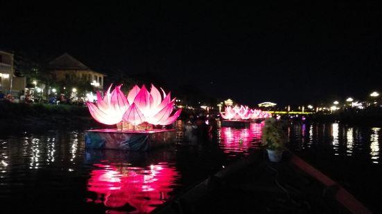 整个会安最美的时候就是晚上亮灯的时候,所以这个秋盆河也被花灯