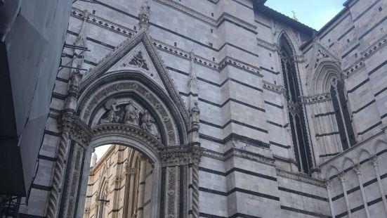 锡耶纳。锡耶纳大教堂是古城内的主要景点,这个教堂有两千多年历