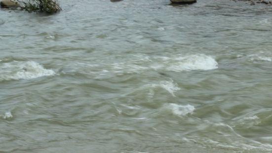 九鲁河漂流还是挺好玩的,挺刺激的,下雨的时候就完全不是初级了