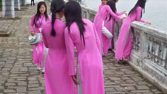 """江畔美女――""""雅黛""""类似我国的旗袍,多为白、蓝、红等单一色,"""