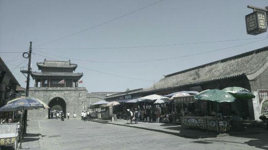 兴城古城中的一条商业街,卖的东西,中国古城商业街都差不多。个