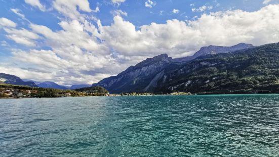布里恩茨小镇位于瑞士因特拉肯的东面,小镇很美,有山有水,住在