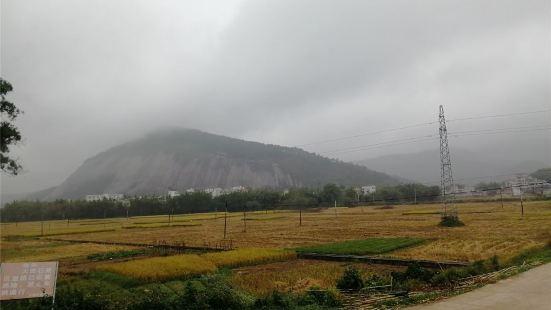亚洲第一大石头,号称一石成山,在省道上老远望去很壮观宏大。山