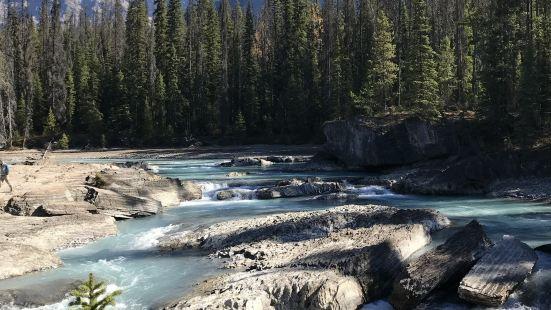 10月份去的,水流還是挺大的吧,建議下午過去,我是一大早過去