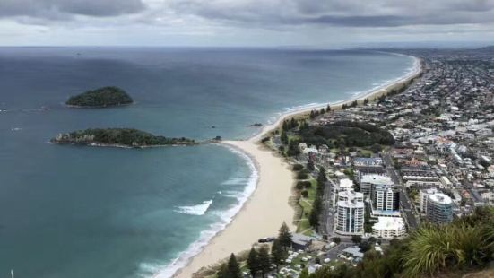 美,非常美。白色沙灘一望無際。遊客雖然不多但是管理的好,路牌