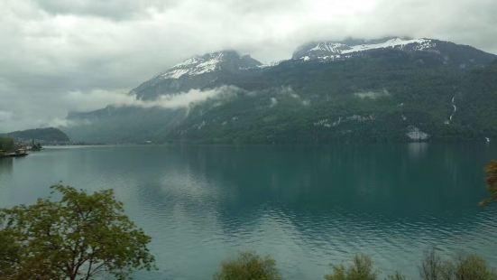 """布里恩茨湖和图恩湖,荣衔""""上帝左右眼""""之誉。群峦相拥两湖入怀"""