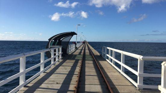 巴瑟尔顿栈桥释义处深入大海的栈桥,栈桥向大海延伸,在栈桥之上