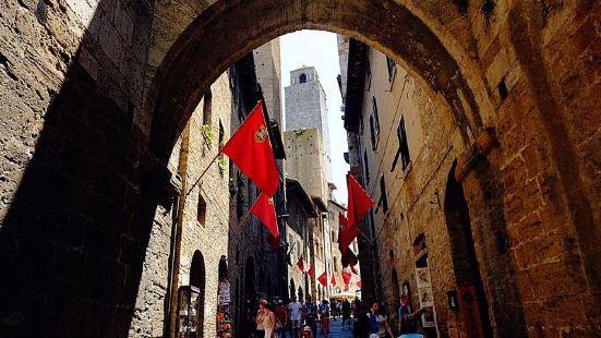 圣吉米尼亚诺San Gimignano。这座小镇以高塔闻名,