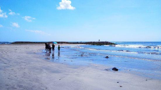 三礁揽胜,有一块巨大的礁石,海水还是很漂亮的,蓝色的海水,兴