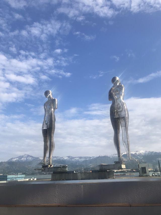 阿里和尼諾雕像