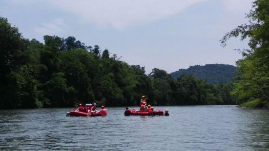 初级漂流河段,虽刺激不强烈但乐趣不少。沿途风景秀丽,与印尼阿
