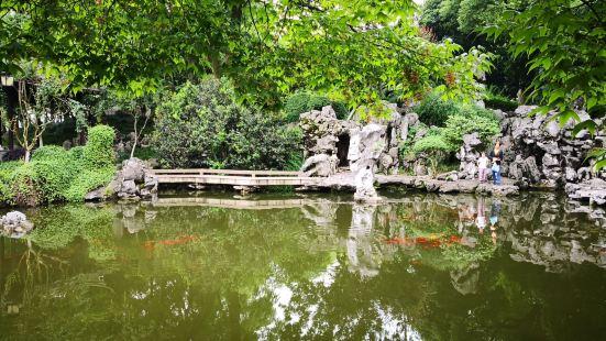 虽说是个市民公园,但有旧家花园为底子,还是很雅致的,湖石池沼