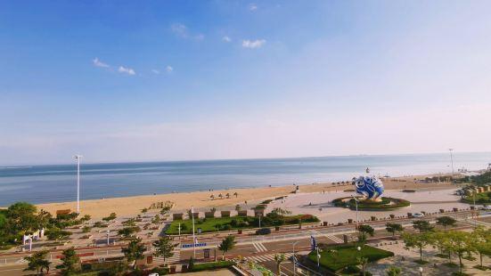 适合一家人休闲旅游度假,海水还可以,沙滩沙子比较细腻,人不会